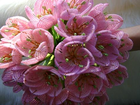 Букеты и цветы из бисера.  Цена разная.  Букет Тюльпанчики 3500 рублей.